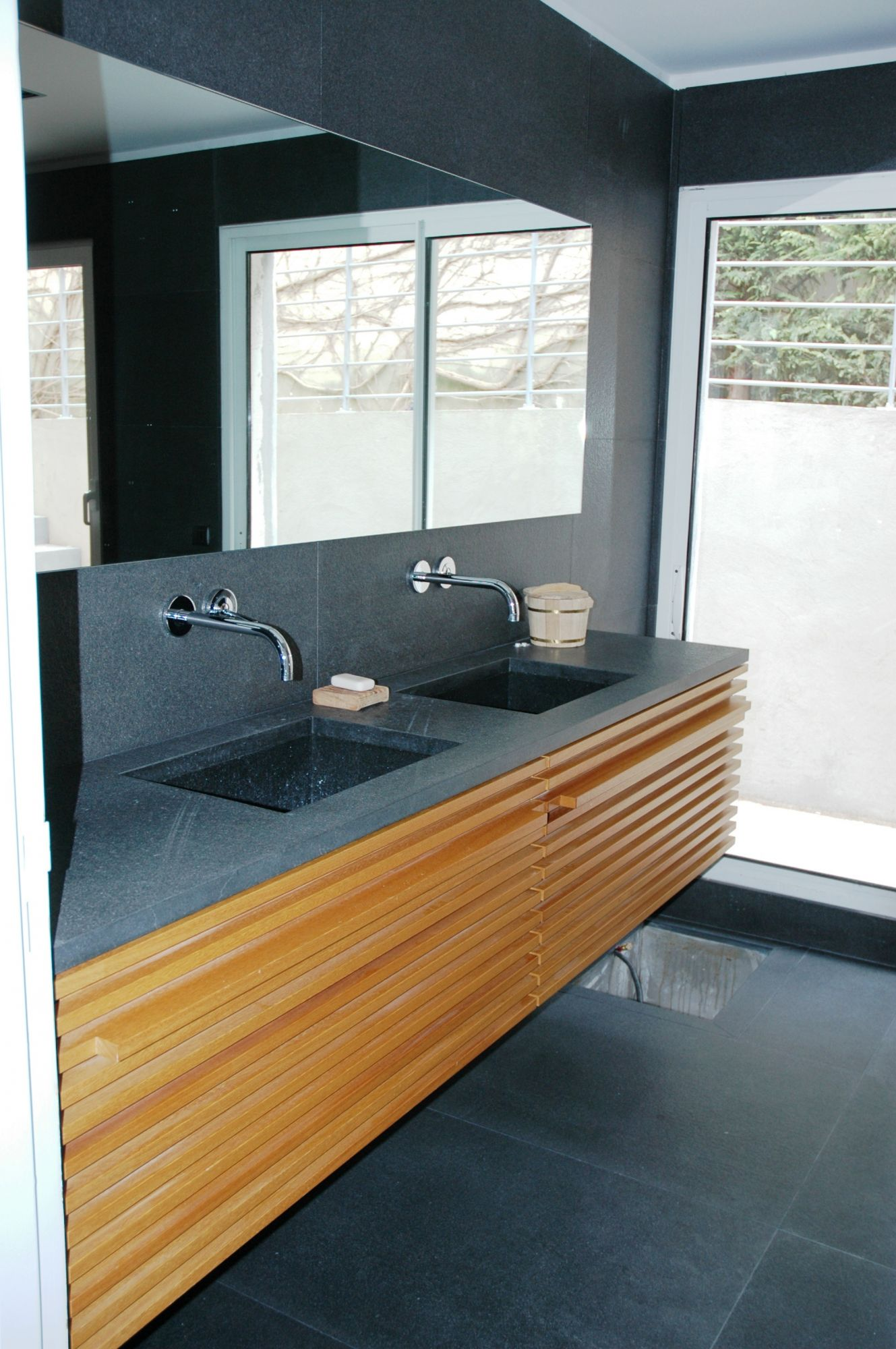 salle de bain iroko verni naturel marseille miramond. Black Bedroom Furniture Sets. Home Design Ideas